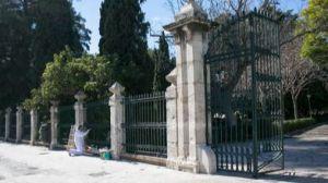 La valla decimonónica de los jardines de viveros ya ha sido reinstalada
