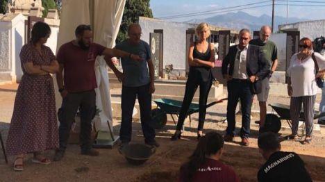 Verònica Ruiz y Rosa Pérez visitan las exhumaciones del cementerio civil de Castelló