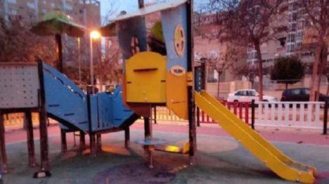 El Ayuntamiento de Alicante limpia los grafitis de los juegos infantiles y cuadros eléctricos
