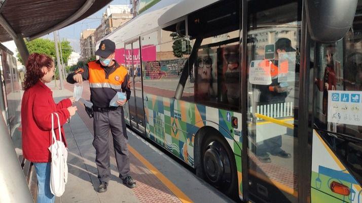 Castelló reparte 10.000 mascarillas para los usuarios del transporte público