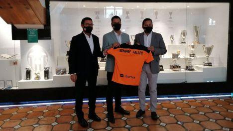 El Ayuntamiento y el Valencia CF suman esfuerzos para dar apoyo al sector fallero