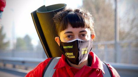 Activistas de Greenpeace cierran el acceso de la central nuclear de Cofrentes en Valencia