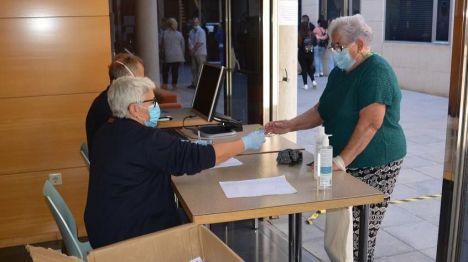 Alicante realiza un nuevo reparto de mascarillas para mayores de 65 años