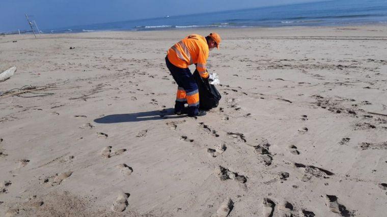 Valencia incrementa los recursos de limpieza en las playas con el inicio de la temporada alta estival