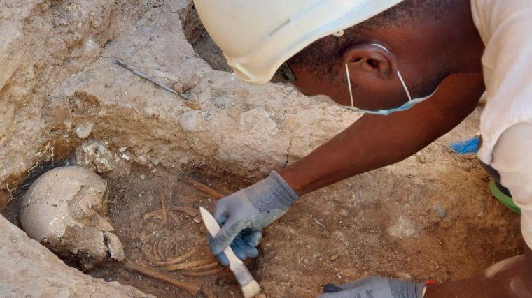 Patrimonio descubre pavimento del siglo XI, enterramientos infantiles del siglo XIII y el foso cubierto de la muralla islámica