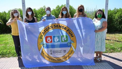 Castelló iza en el Serradal la bandera de 'Playa sin Humo'