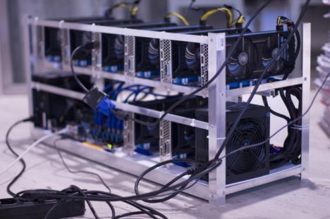 Defrauda más de 20.000 euros con una granja de criptomonedas