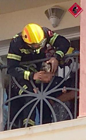Bomberos auxilian a un niño de dos años con la cabeza atrapada en la barandilla de un hotel en Muchamiel