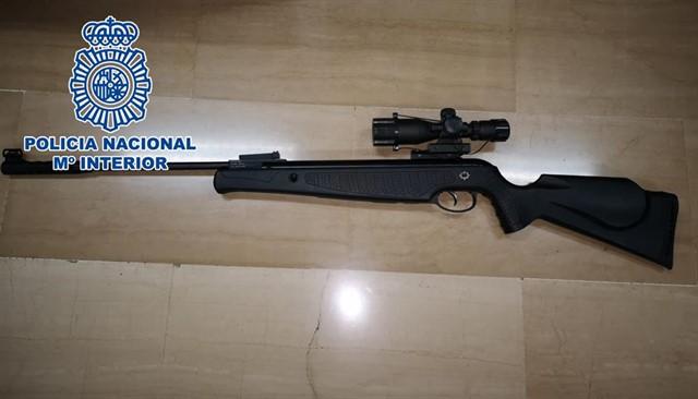 Disparaba a sus vecinos desde el balcón con un rifle de aire comprimido