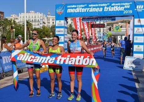 Más de 400 personas han participado en el Triatlón de Alicante