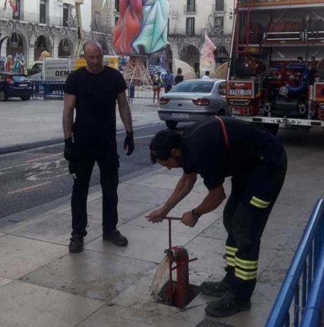 Bomberos del SPEIS revisan una a una las hogueras de Alicante para garantizar la seguridad