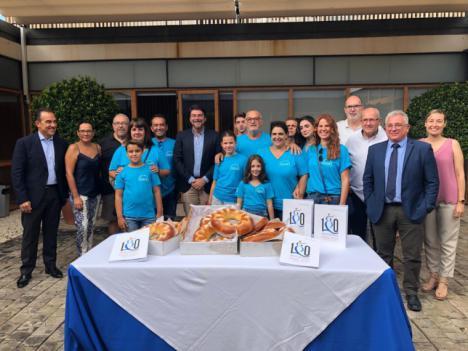 """El equipo de gobierno recibe el """"PANQUEMAO"""" que entrega la mayordomía del Raval Roig en Alicante"""